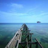 La longue exposition pendant la lumière du soleil à l'île de mabul et à vieux cassé Images stock