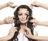 La longue fille de cheveu avec des balais de renivellement s'appliquent composent Photo stock