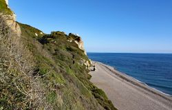 La longue plage de bardeau chez Brancombe en Devon, Angleterre photos stock