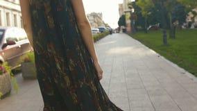 La longue robe overblowing de la fille marchant dans la rue clips vidéos