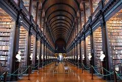 La longue salle dans la vieille bibliothèque à l'université Dublin de trinité photos libres de droits