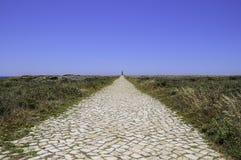 La longue voie de phare de pavé rond images libres de droits