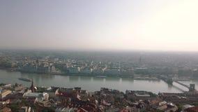 La longueur aérienne Budapest d'un bourdon montre Buda Castle historique près du Danube sur la colline de château banque de vidéos