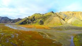 La longueur aérienne stupéfiante de l'Islande de la montagne aménagent en parc près de Landmannalaugar banque de vidéos