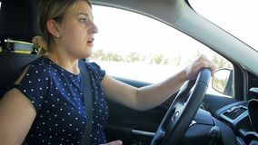 La longueur de mouvement lent du jeune conducteur femelle a obtenu dans l'accident de voiture tout en conduisant et à l'aide du s banque de vidéos
