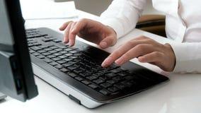 La longueur du plan rapproché 4k de la femme d'affaires remet la dactylographie sur le clavier d'ordinateur au bureau banque de vidéos