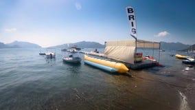 la longueur 4k de la banane, des scooters et des bateaux gonflables a amarré au pont de ponton de mer banque de vidéos
