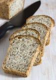 La losa del pan se corta en pedazos Foto de archivo