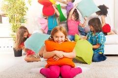 La lotta di cuscino è divertimento Fotografie Stock Libere da Diritti