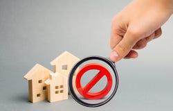 La loupe ne regarde l'aucun signe et la maison en bois Indisponibilit? d'approvisionnement logeant, occup? ou bas inaccessible photo libre de droits