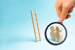 La loupe regarde les personnes se tiennent et regard aux escaliers Échelle à nulle part, échelle de carrière promotion au travail photo stock