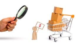 La loupe regarde un homme avec une affiche vend des marchandises Chariot de supermarché avec des boîtes et des marchandises conce photographie stock