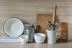 La loza, el vajilla, los utensilios y otra diversa materia en tablero de madera Todavía de la cocina vida como fondo para el dise Fotos de archivo