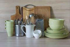La loza, el vajilla, los utensilios y otra diversa materia en tablero de madera Todavía de la cocina vida como fondo para el dise imagenes de archivo