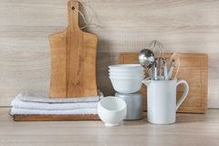 La loza, el vajilla, los utensilios y otra diversa materia en tablero de madera Todavía de la cocina vida como fondo para el dise imagen de archivo libre de regalías