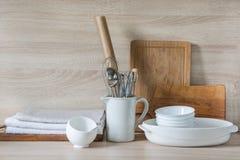La loza, el vajilla, los utensilios y otra diversa materia en tablero de madera Todavía de la cocina vida como fondo para el dise foto de archivo