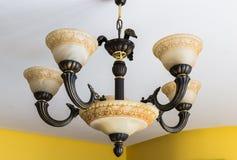 La luce è sistemata intorno ad una finestra circolare nel soffitto di una sala da pranzo che della senior-residenza la luce artif Fotografia Stock