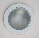 La luce è sistemata intorno ad una finestra circolare nel soffitto di una sala da pranzo che della senior-residenza la luce artif immagine stock