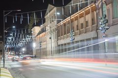 La luce ad alta velocità e vaga del bus trascina in via del centro di notte La luce dell'automobile trascina sulla strada & digiu Immagine Stock