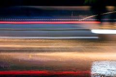 La luce ad alta velocità e vaga delle automobili trascina sulla via alla notte Fotografia Stock Libera da Diritti