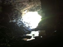 La luce all'estremità della caverna Immagini Stock