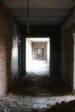 La luce alla fine del corridoio in costruzione abbandonata Fotografie Stock Libere da Diritti