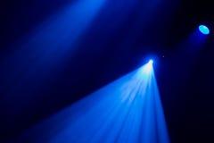 La luce blu dai riflettori attraverso il fumo nel teatro durante la prestazione Immagine Stock Libera da Diritti