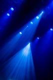 La luce blu dai riflettori attraverso il fumo nel teatro durante la prestazione Immagini Stock