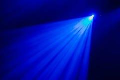 La luce blu dai riflettori attraverso il fumo nel teatro durante la prestazione Fotografie Stock Libere da Diritti