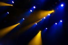 La luce blu dai riflettori attraverso il fumo nel teatro durante la prestazione Fotografia Stock Libera da Diritti