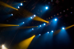 La luce blu dai riflettori attraverso il fumo nel teatro durante la prestazione Immagine Stock