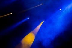 La luce blu dai riflettori attraverso il fumo nel teatro durante la prestazione Immagini Stock Libere da Diritti