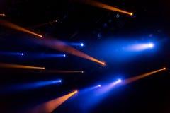La luce blu dai riflettori attraverso il fumo nel teatro durante la prestazione Fotografia Stock