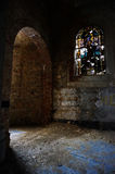 La luce cade in una chiesa abbandonata Fotografie Stock Libere da Diritti