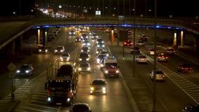 La luce dei fari dell'automobile, il movimento delle automobili nella città alla notte, il movimento delle automobili sulla stra archivi video