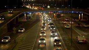 La luce dei fari dell'automobile, il movimento delle automobili nella città alla notte, il movimento delle automobili sulla stra stock footage