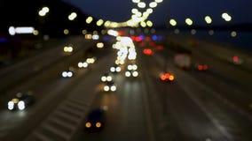La luce dei fari dell'automobile, il movimento delle automobili nella citt? alla notte, il movimento delle automobili sulla strad stock footage