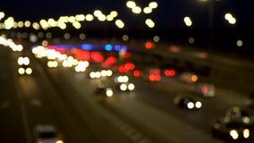 La luce dei fari dell'automobile, il movimento delle automobili nella citt? alla notte, il movimento delle automobili sulla strad video d archivio
