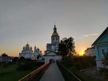La luce del sole di tramonto e la cattedrale dell'annuncio in Diveyevo fotografia stock libera da diritti
