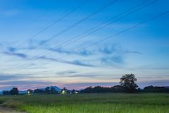 La luce del tramonto dietro i andgrasslands della montagna immagini stock libere da diritti