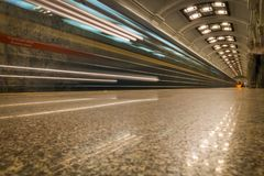 La luce del treno nel passaggio della metropolitana fotografia stock