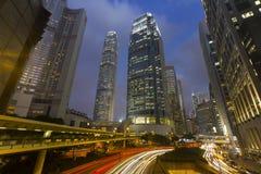 La luce dell'automobile di traffico trascina su paesaggio urbano, le costruzioni di affari, Hong Immagini Stock Libere da Diritti