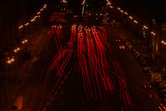 La luce dell'automobile trascina alla curva rossa della strada di notte, fuoco selettivo Fotografia Stock