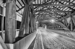 La luce dell'automobile trascina dentro un ponte alla notte immagini stock