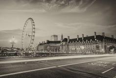 La luce dell'automobile trascina lungo il ponte di Westminster con i punti di riferimento di Londra fotografie stock