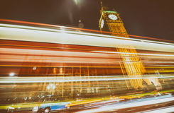 La luce dell'automobile trascina sotto il palazzo di Westminster, Londra fotografia stock