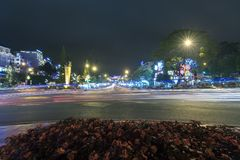 La luce della città alla notte con le bande di colore chiaro dell'automobile conserva la bellezza Fotografia Stock