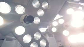 La luce delle lampade chirurgiche archivi video