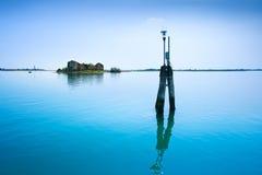 La luce di pali e la piccola isola a Venezia e Burano innaffiano la laguna. fotografie stock libere da diritti