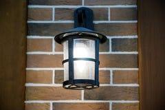 La luce di sera splende Appendendo sulla parete france immagini stock
